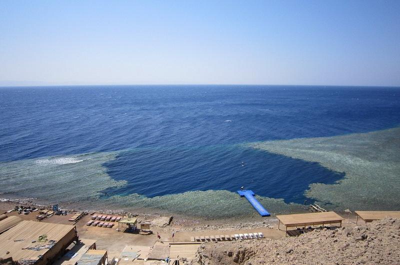 Вид на Голубую дыру с берега, Дахаб