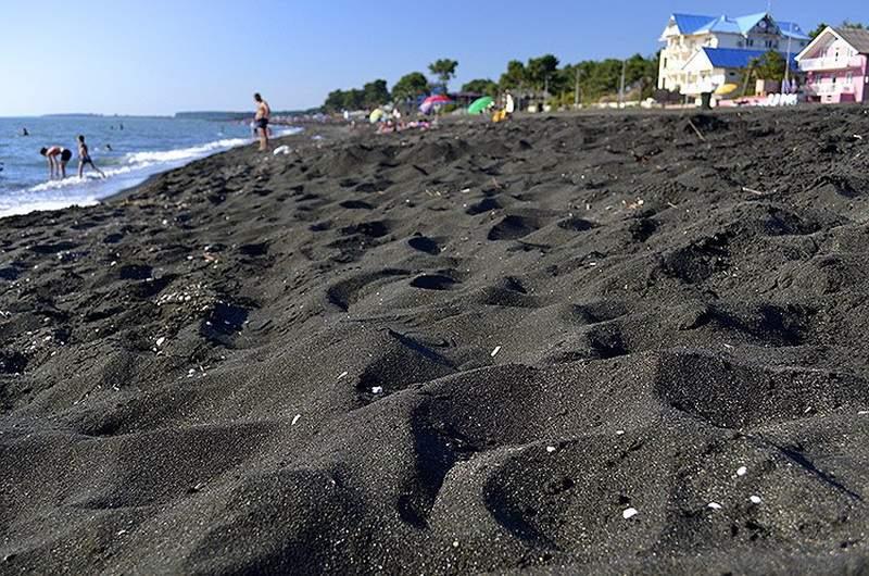 Пляж в Уреки, с магнитным песком черного цвета