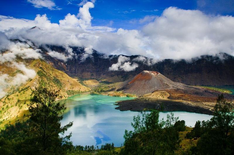 Кратерное озеро Segara Anak на горе Ринджани на острове Ломбок