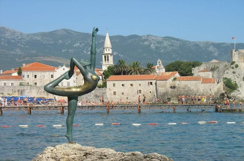 Скульптура танцовщицы - один из символов Будвы